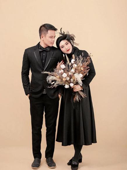 Foto prewedding indoor dengan konsep serba warna hitam terkecualibackground warna kalem.