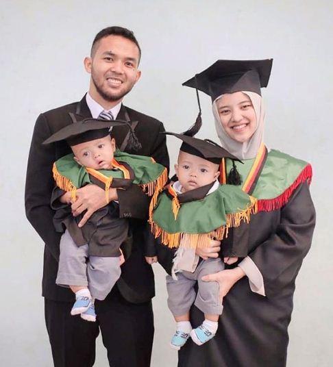 Foto wisuda couple yang paling unik karena kalian berfoto wisuda bersama bayi lucu