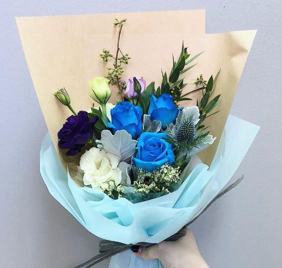Pencinta warna biru silahkan langsung beli buket bunga wisuda biru kalem ini untuk pasangan cowok kalian.