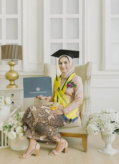 Pertama hijab dengan warna cream dipadupadankan dengan rok motif bunga