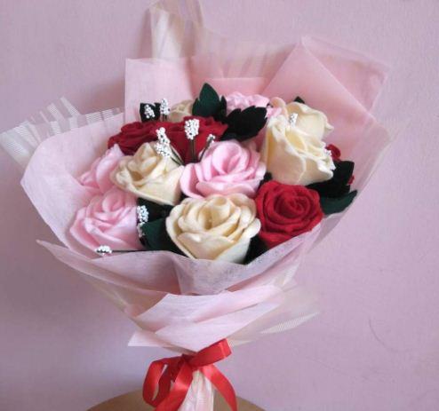 Buket bunga mawar pink adalah simbol kebahagiaan