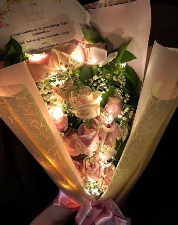 Buket bunga flanel wisuda yang bersinar di saat gelap yang sangat apik.