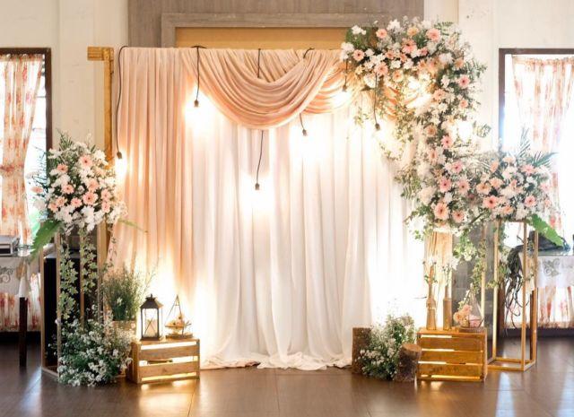 Ruang tengah bisa dijadikan sebagai tempat melangsungkan tunangan dengan dekorasi bernuansa pink putih yang menjekukkan