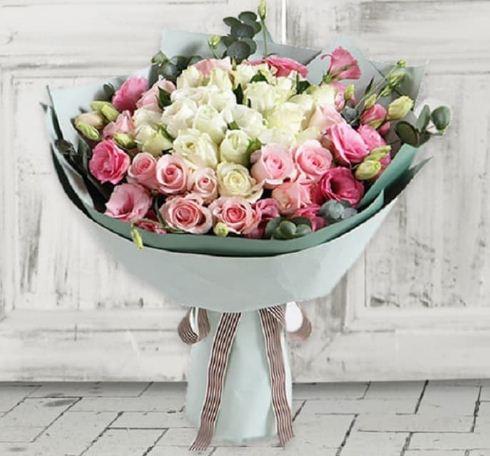 Buket bunga besar ini berbentuk bulat sempurna dan akan menjadi kado paling indah