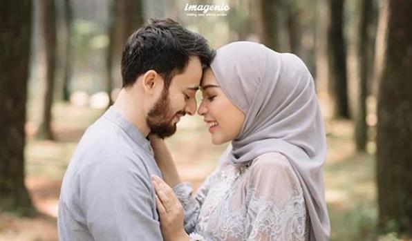 Foto Prewedding Hijab Sambil Menempelkan Jidat