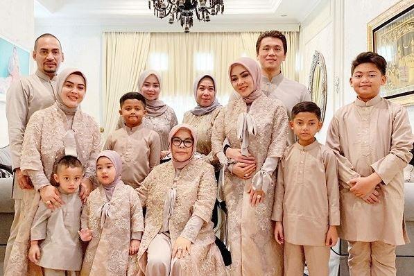 Pose Foto Keluarga Santai