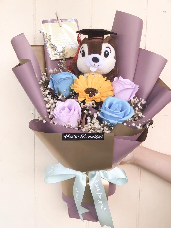 Hadiah buket bunga wisuda yang lucu ini sangat berkesan ketika diberikan.