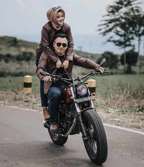 Pose Prewedding Hijab Romantis Berkendara Motor