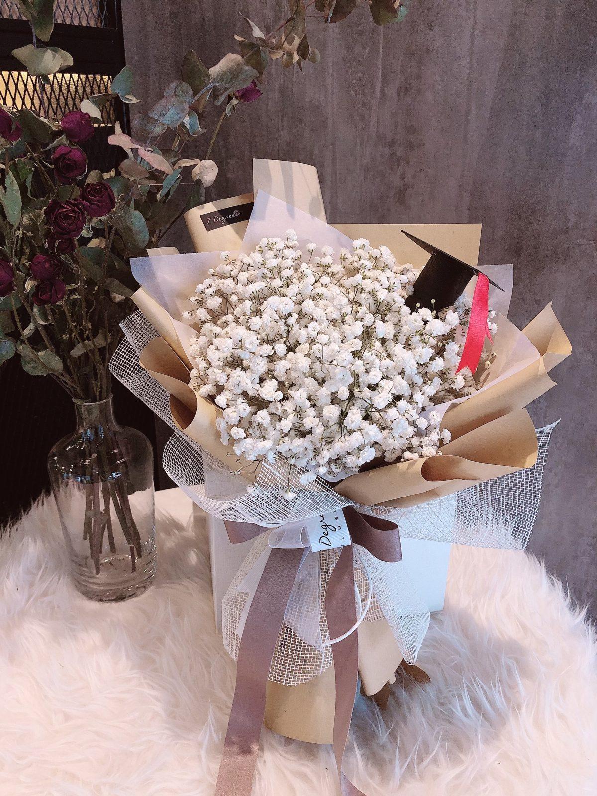 Jika kalian memiliki budget lebih sepertinya buket bunga wisuda unik akan sangat mempesona.