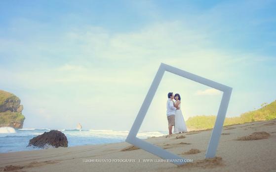Foto Prewedding Casual Di Pantai