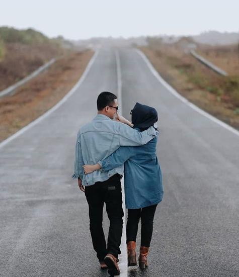 Prewedding Hijab Romantis Di Jalan Sepi Kendaraan