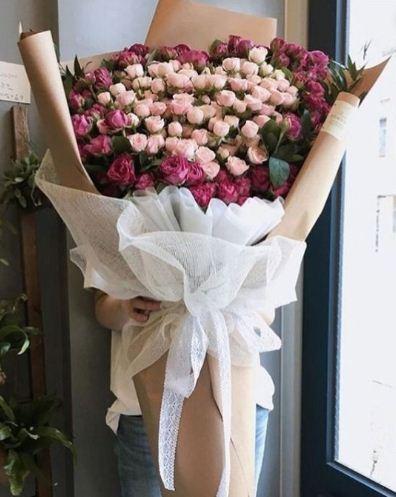 Buket bunga besar selanjutnya berukuran sangat besar sehingga bisa menutupi hampir seluruh tubuh