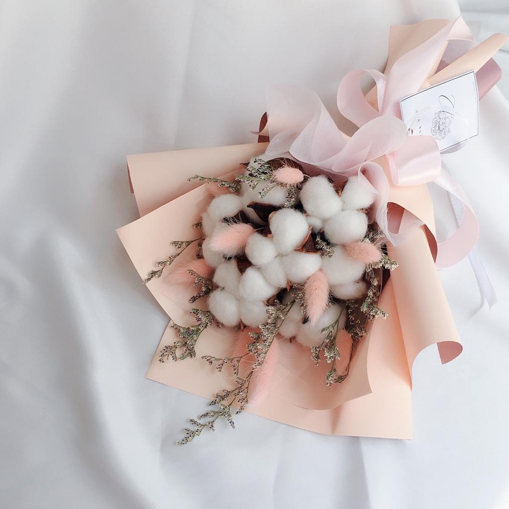 Hadiah buket bunga wisuda lucu menggemaskan nan unik ini sangat rekomended.