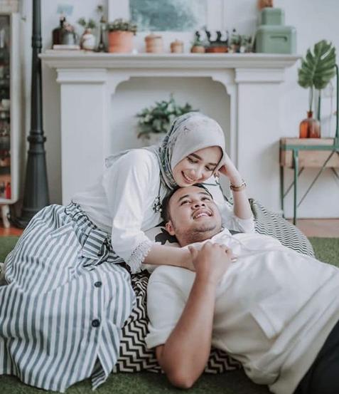 Foto Prewedding Hijab Romantis Indoor