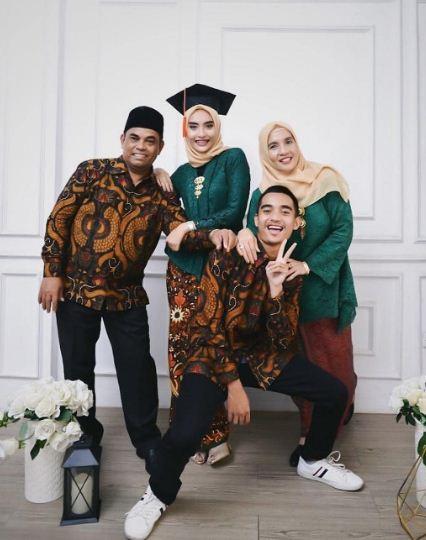 Gaya Foto Wisuda Santuy Bersama Keluarga Di Studio