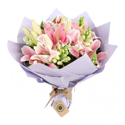 Buket bunga wisuda dari bunga asli pun tak kalah memberikan kesan terbaik.