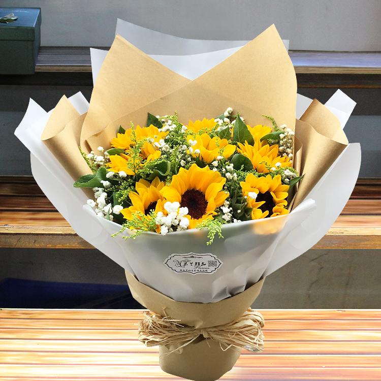 Daftar buket bunga wisuda berwarna kuning yang menjadi pusat perhatian.