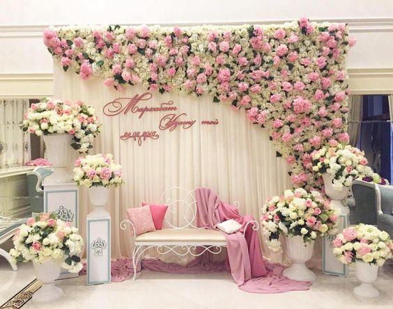 Jika kalian memiliki ruangan di rumah dengan space lumayan besar bisa mengaplikasikan dekorasi tunangan nuansa pink dan putih