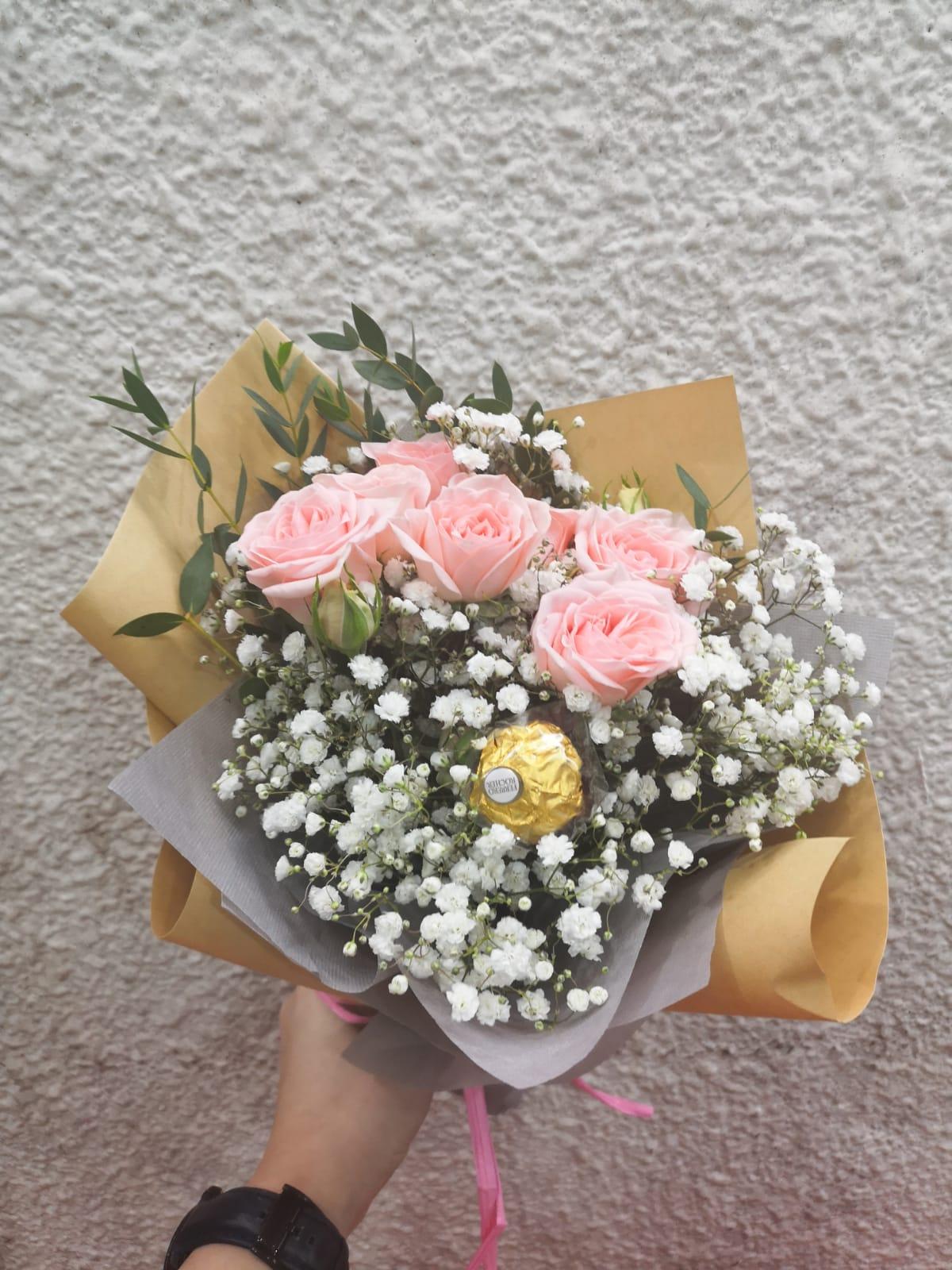 Kedua merupakan buket bunga wisuda flanel yang berwarna kuning serta abu.