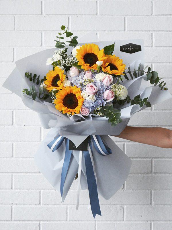 Jogja menawarkan buket bunga wisuda dengan ukuran besar berwarna biru.