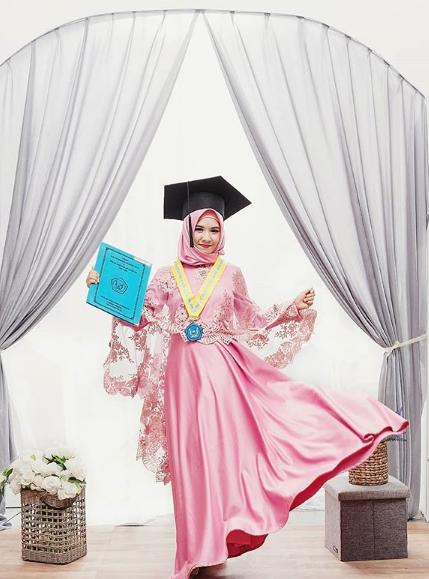 Hijab langsungan pink sesuai dengan kalian yang ceria