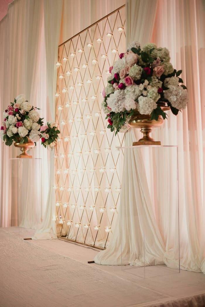 Dekorasi tunangan simpel bernuansa pink yang lembut dengan jejeran lampu yang diletakkan secara rapih