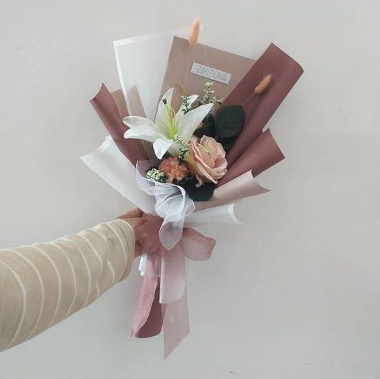 Kado wisuda bunga simpel ini saat diwisuda