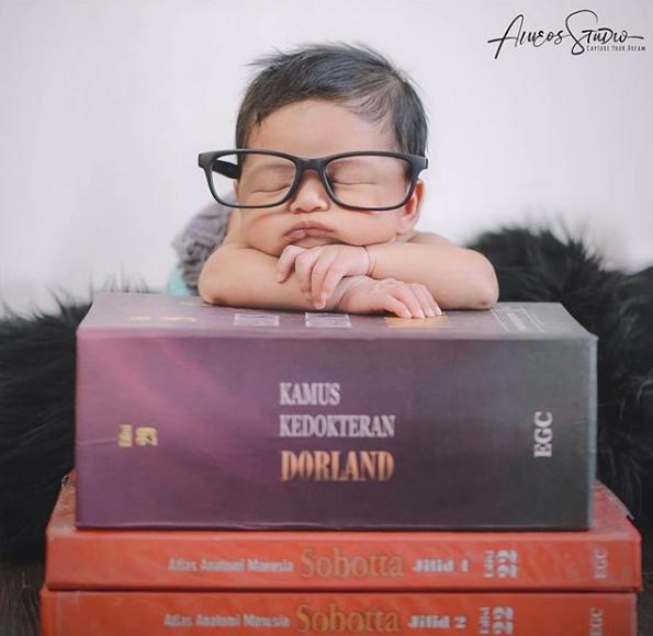 Si kecil dengan hobi membaca