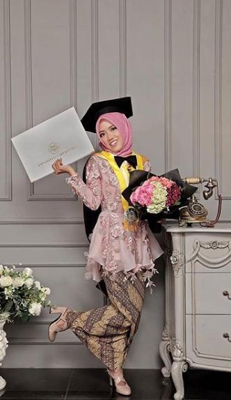 Kali ini kalian bisa pakai hijab motif bunga dengan rok warna coklat kalem