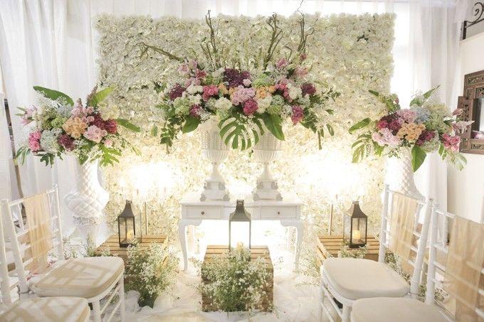 Hanya memerlukan ide dengan kreativitas tinggi bisa mewujudkan dekorasi tunangan nuansa putih yang mewah di rumah sendiri