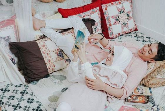 Baca buku sambil tiduran bareng pasangan