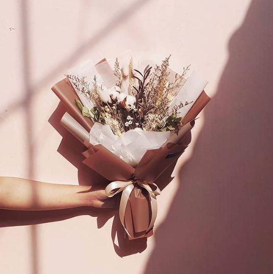 Buket bunga wisuda ini cocok untuk pacar yang berpenampilan menawan