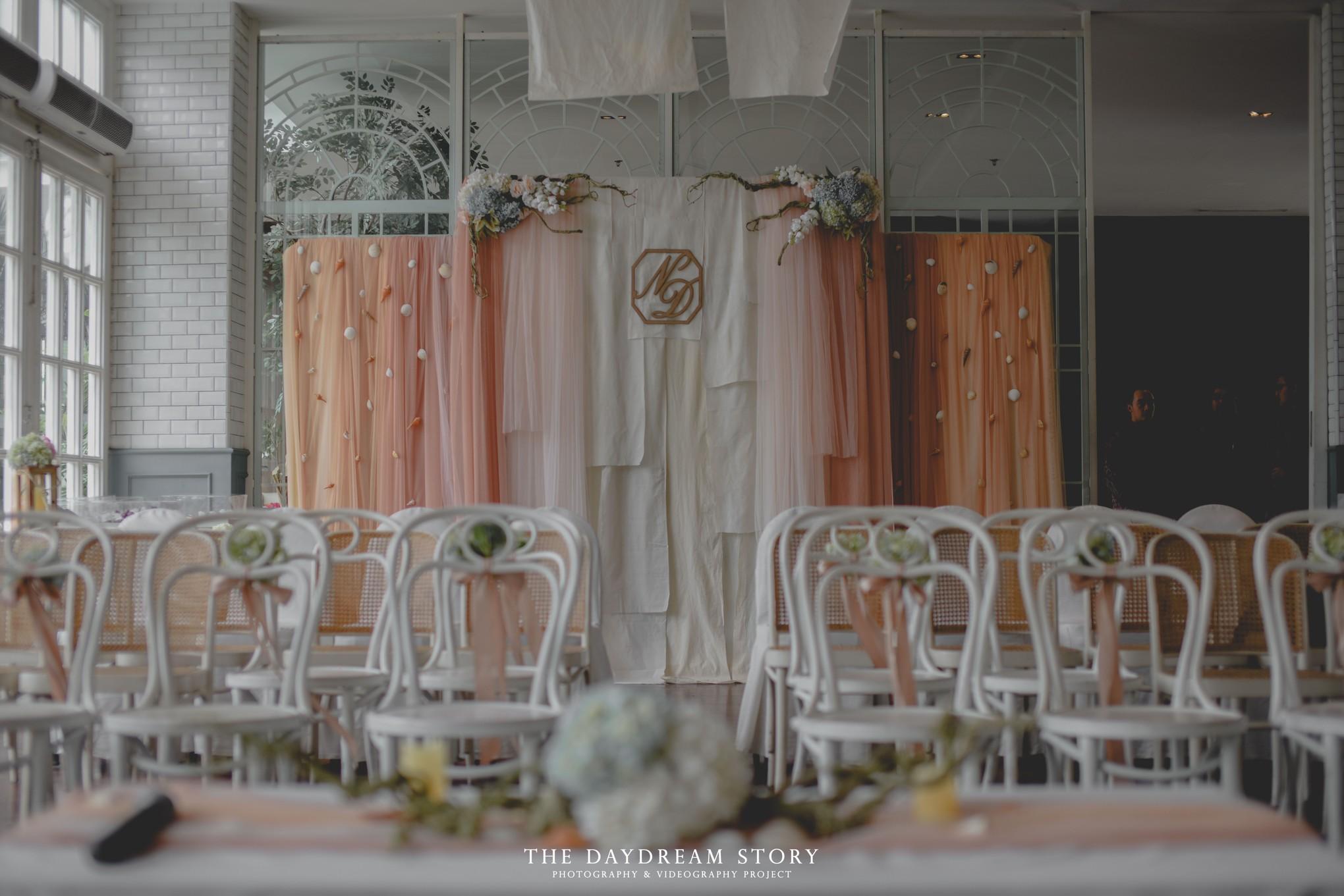 Ingin menghadirkan suasana yang lebih hangat pada dekorasi tunangan yang serba putih sampai kursi yang disediakan untuk tamu undangan