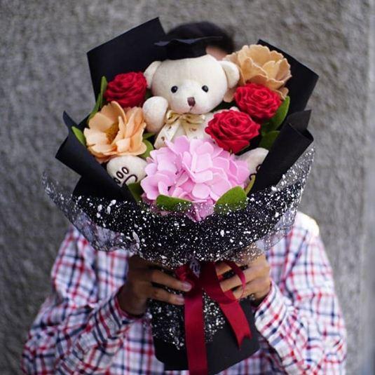 Buket bunga wisuda untuk pacar boneka beruang putih