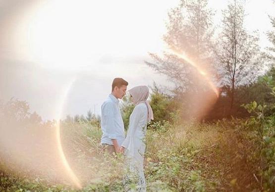 Pose Foto Prewedding Hijab Romantis