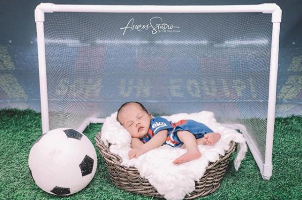 Foto bayi dengan konsep lapangan bola mini
