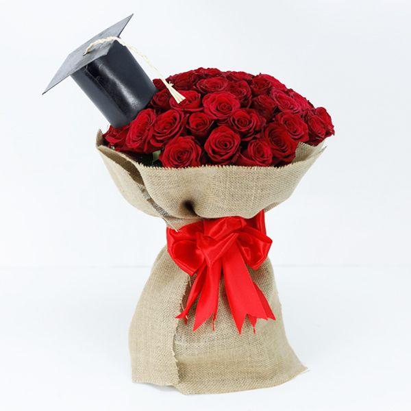 Mawar merah menjadi primadona hadiah buket bunga wisuda untuk pasangan.