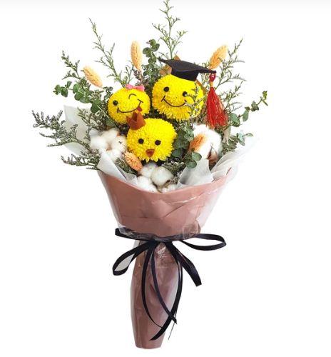 Serasa sejuk namun tetap epik inilah buket bunga yang mencolok warna kuning.
