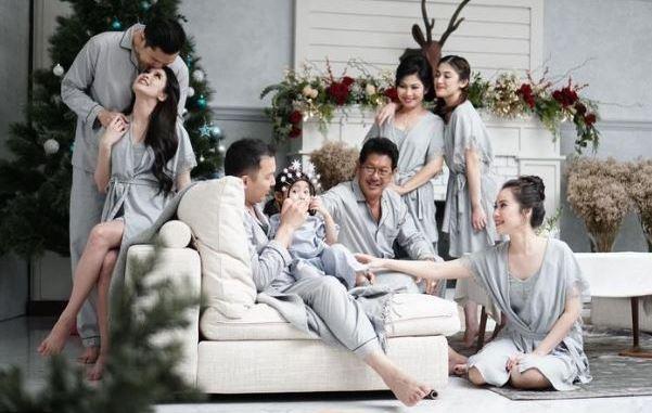 Gaya Foto Keluarga Baju Harmonis