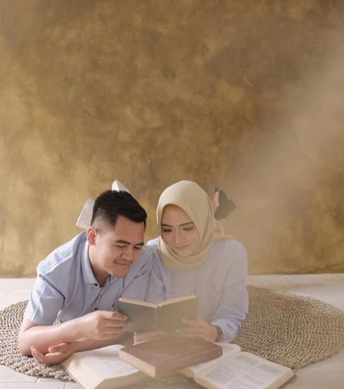 Prewedding Hijab Romantis Sambil Baca Buku