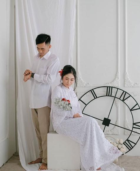 Prewedding indoor putih adalah suci dan putih adalah lambang cinta yang sejati.