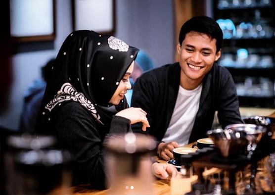 Coffee shop bisa jadi tempat foto prewedding indor minim budget