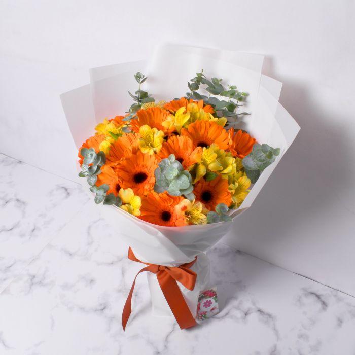 Masih dengan buket bunga wisuda flanel berukuran besar dengan kuning serta orange.