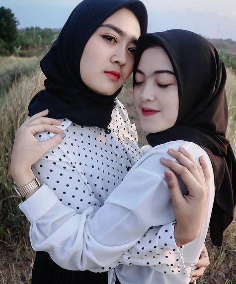Foto Bareng Sahabat Berdua Berhijab