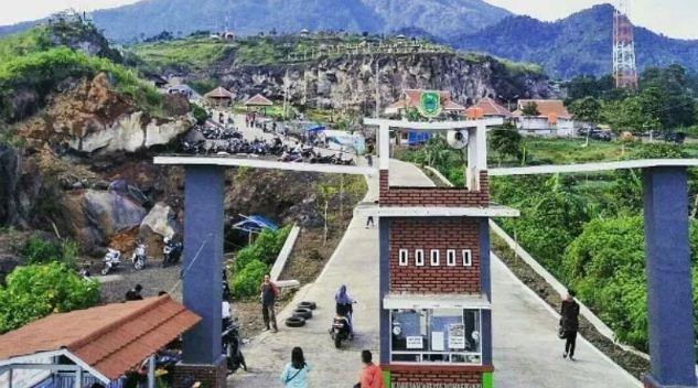 Gerbang Masuk Taman Cisantana