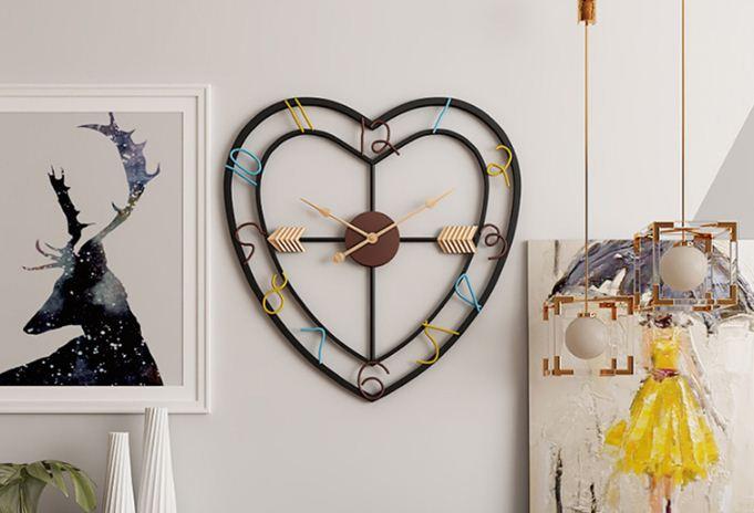 Jam Dinding Besar Berbentuk Hati Untuk Menghiasi Ruang Kantor