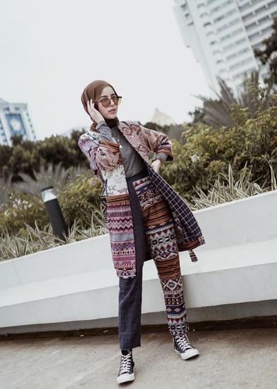 Kali ini hijab motif batik dengan sepatu cats