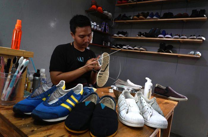 Membuka jasa sebagai pencuci sepatu menjadi bisnis popoler saat ini