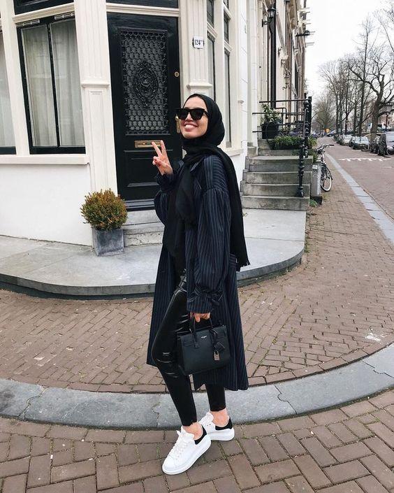 Pose Model Hijab Outdoor