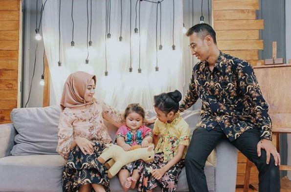 Keluarga kecil bahagia juga perlu foto di studio - Sumber Vanillablue Studio